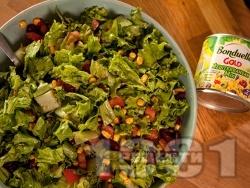 Зелена салата със средиземноморски микс зеленчуци и червен боб от консерва - снимка на рецептата